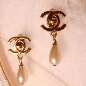 Vintage Chanel CC pearl earring ear clip